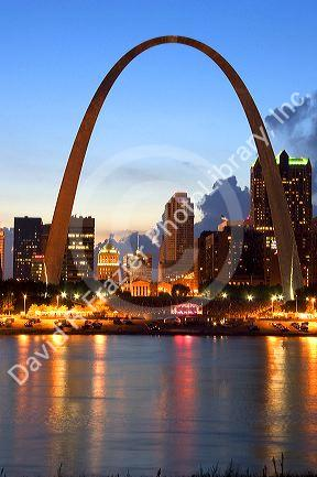 The Gateway Arch of St. Louis, Missouri at night.
